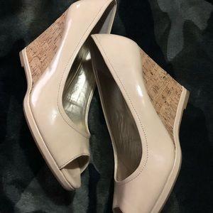 Tahari Clover Peep Toe Wedge Shoes Size 9M Taupe